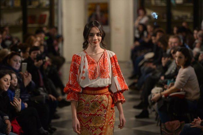 Flori de ie împodobesc podiumul Feeric Fashion Week 2018